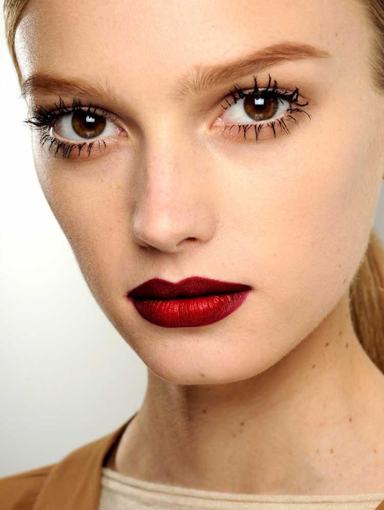 Cílios sixties com boca vermelha é uma das maquiagens lacradoras para o Réveillon