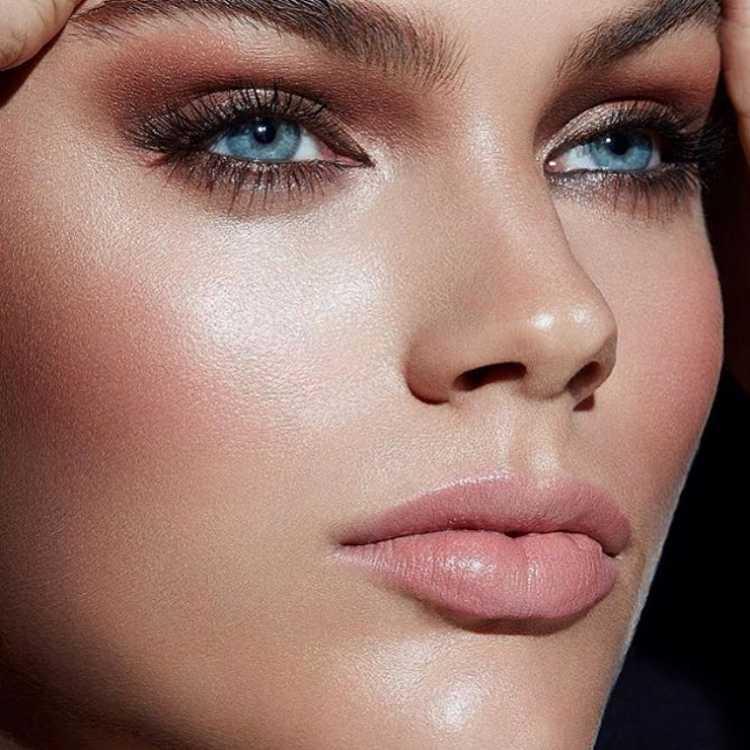 Olho esfumado com boca nude é uma das maquiagens lacradoras para o Réveillon