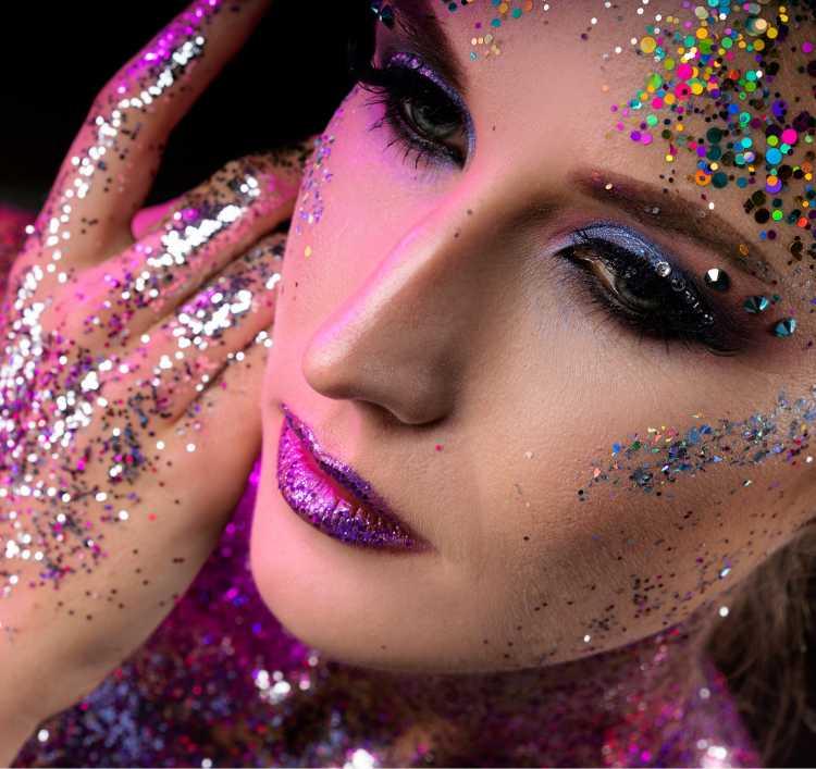 Make com glitter é uma das tendências para maquiagem de carnaval em 2019