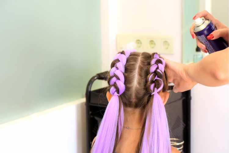 Boxer braids com rabo de cavalo e fita é um dos penteados presos para o carnaval