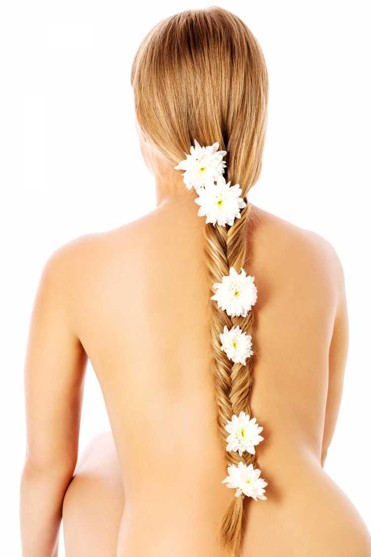 Trança alta com flor é um dos penteados presos para o carnaval