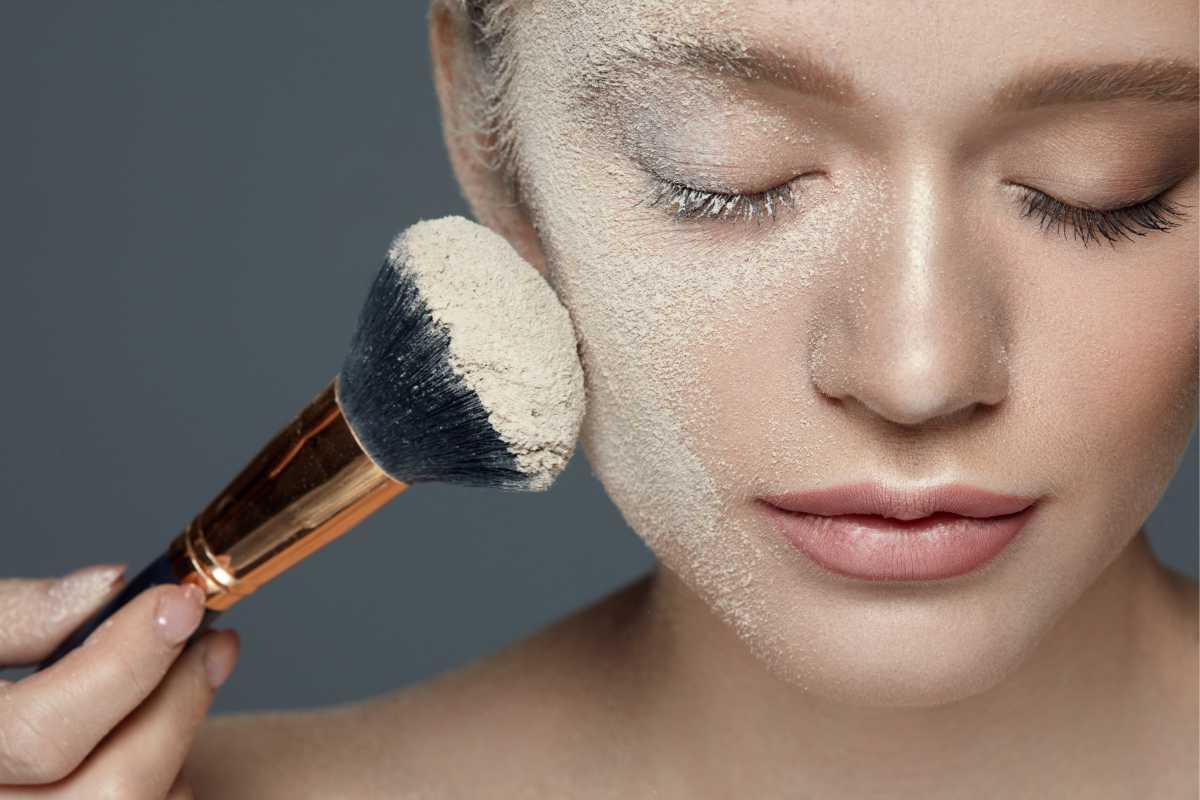 Excesso de pó compacto é um dos erros de maquiagem que envelhecem o rosto