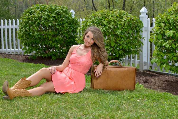 Look com vestido rosa e bota country
