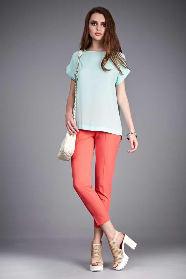 Looks com Mix de Cores blusa azul claro e calça laranja