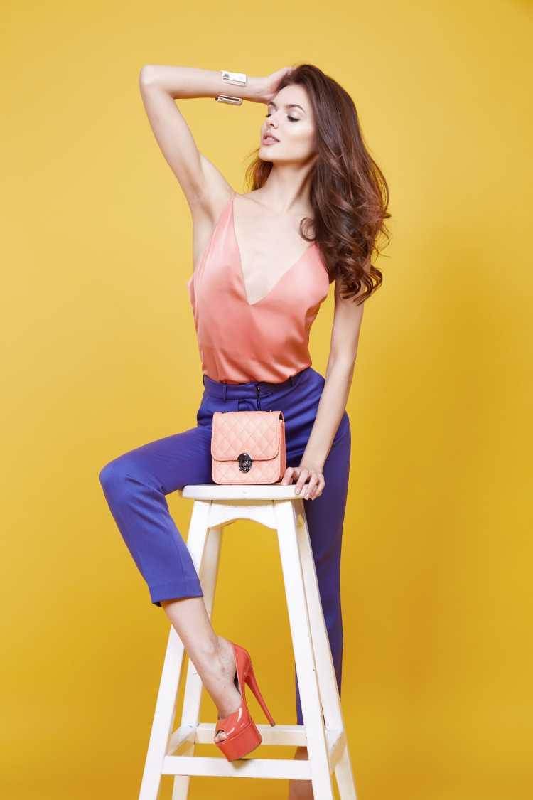 Looks com Mix de Cores blusa laranja claro e calça azul
