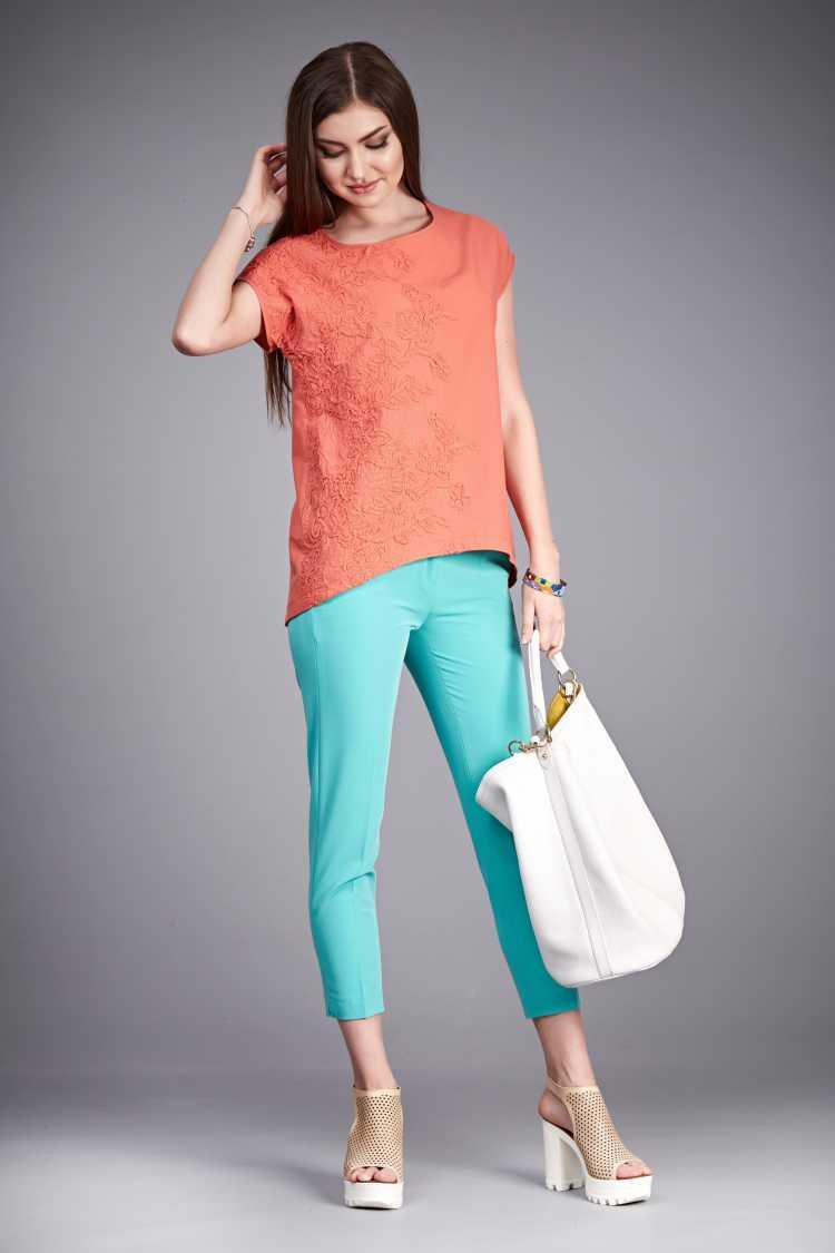 Looks com Mix de Cores blusa laranja e calça azul clara