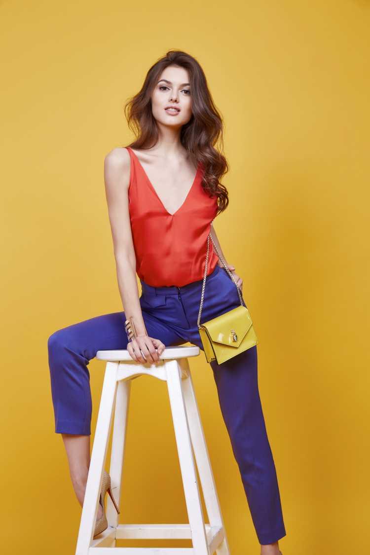 Looks com Mix de Cores blusa laranja e calça azul