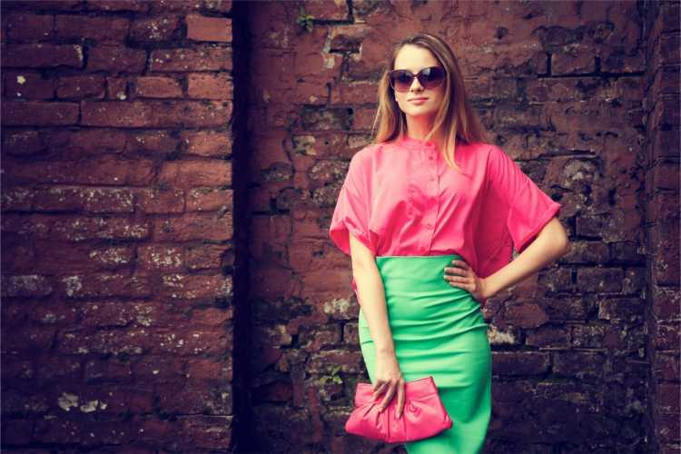 Looks com Mix de Cores com blusa vermelha e saia verde