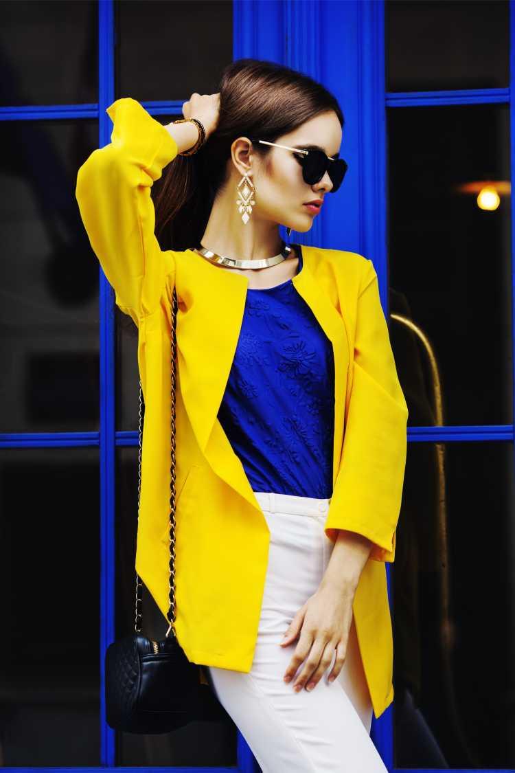Looks com Mix de Cores com casaco amarelo e blusa azul
