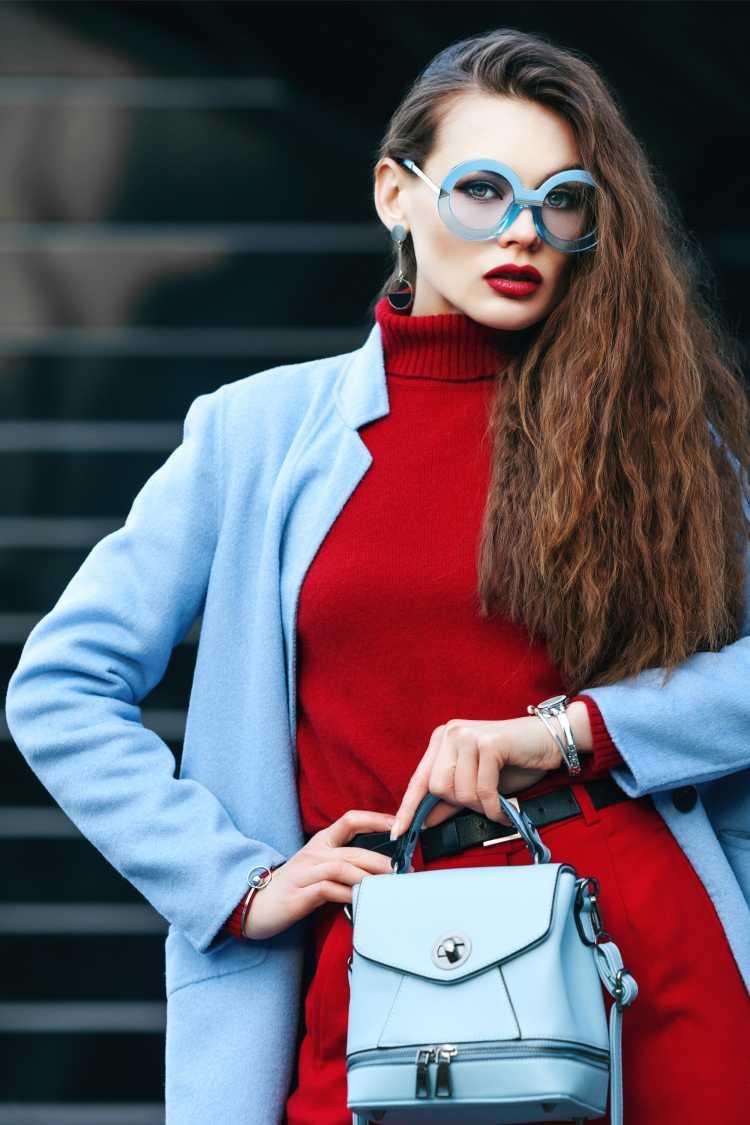 Looks com Mix de Cores com vermelho e azul claro
