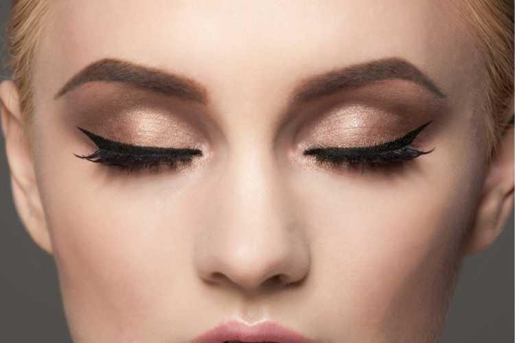 Maquiagem para sessão de fotos com sombra marrom e delineado