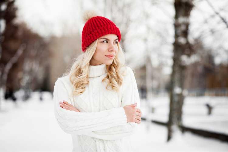 Touca ou Gorro Feminino vermelho com blusa branca