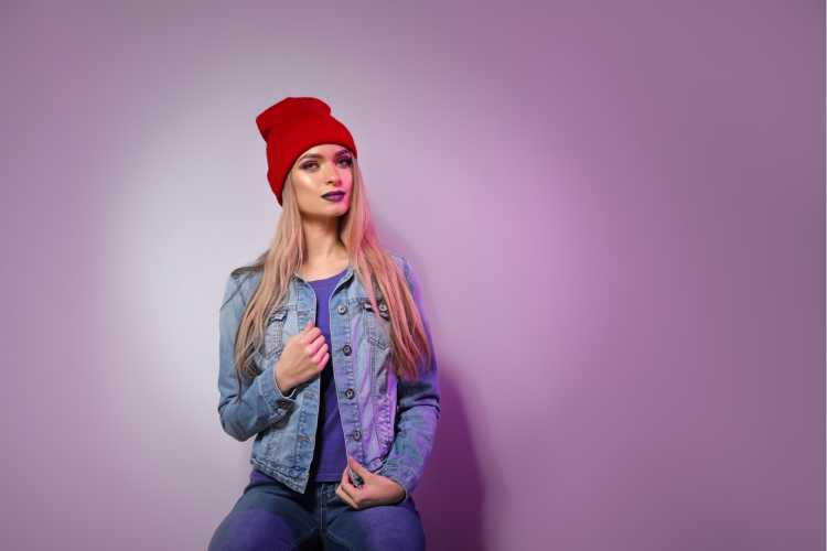 Touca ou Gorro Feminino vermelho com jaqueta jeans