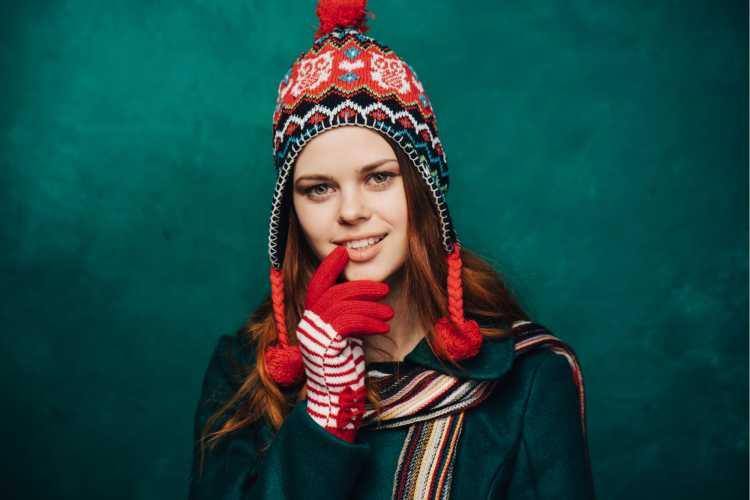 Touca ou Gorro Feminino vermelho com pompons na ponta