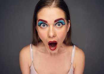 Conheça os principais erros de maquiagem que envelhecem o rosto e que podem ser facilmente evitados de uma vez por todas.
