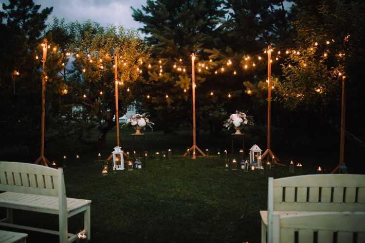 Altar da cerimônia de casamento decorado com lâmpadas simples