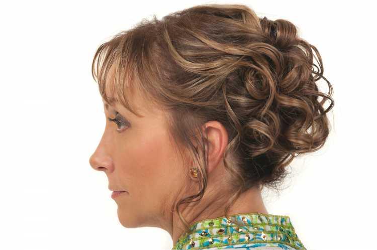 Penteados para mãe da noiva coque com cachos