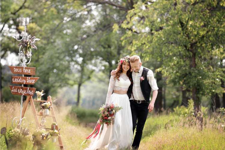 vestido de noiva com top e noivo com colete