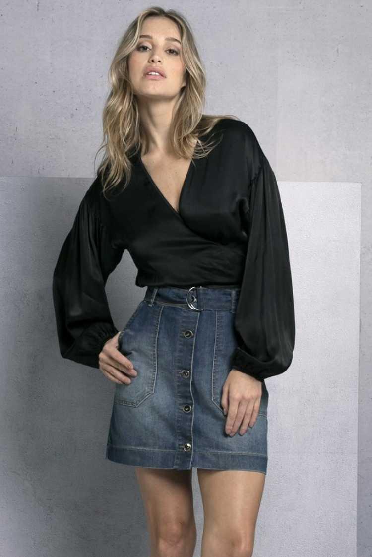 blusa preta com decote e mangas bufantes