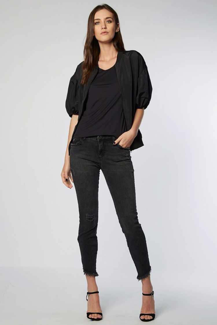 blusa preta com mangas bufantes