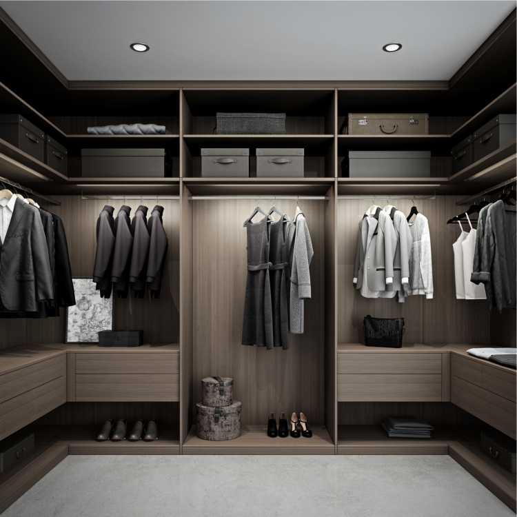 closet bem iluminado em madeira