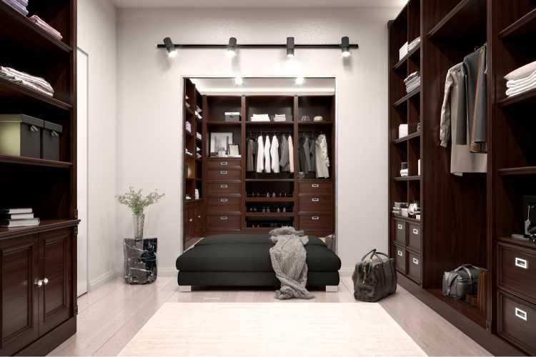 closet em madeira antiga, escura com piso claro