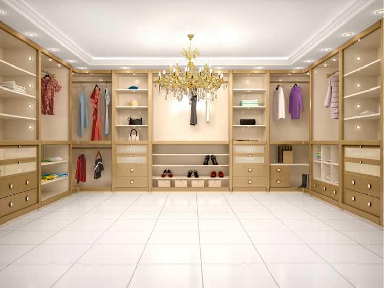 closet em madeira tom marfim com lustre glamuroso
