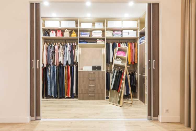 closet pequeno, simples em madeira