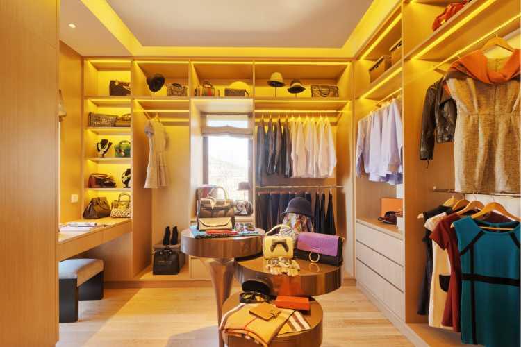 closet simples com conceito aberto todo em madeira