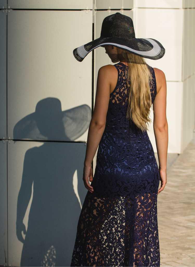 como usar vestido de renda preto com transparência e chapéu