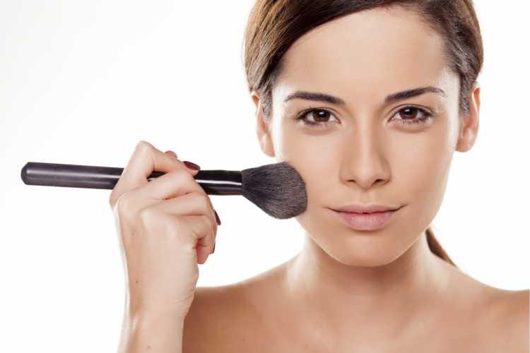 Finalizar a maquiagem com pó compacto