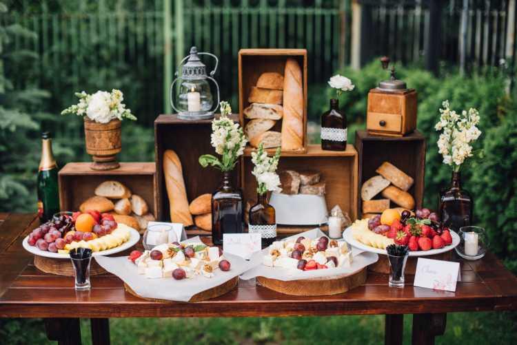 mesa de buffet decorada com caixas