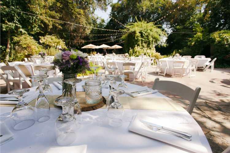 mesas redondas decoradas para casamento na grama