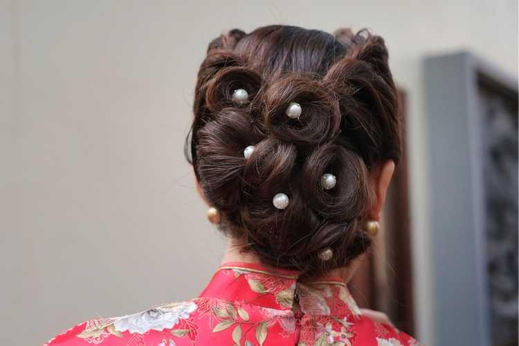 penteado preso com pérolas