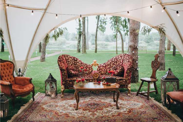 sofás debaixo da tenda