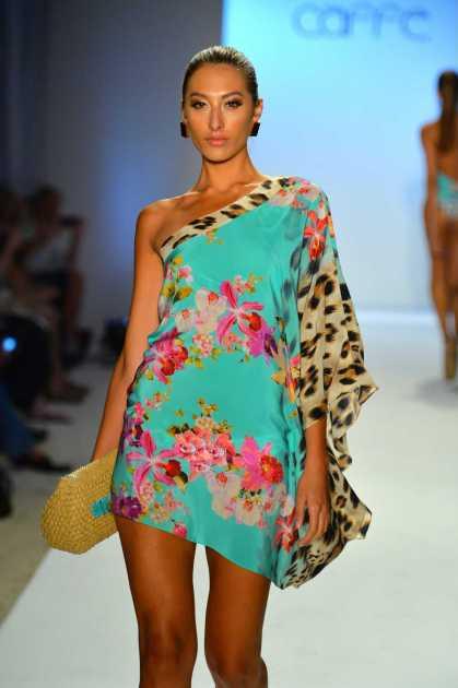 vestido colorido com detalhes animal print na lateral