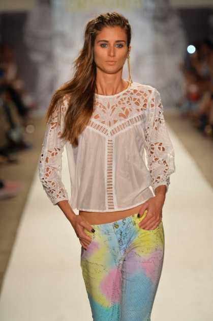 calça colorida com cós baixo é uma das tendências da moda para o verão 2020