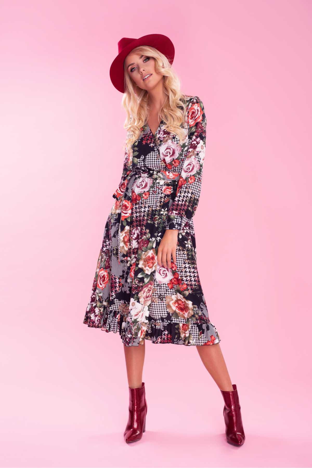dress floral com bota vermelha
