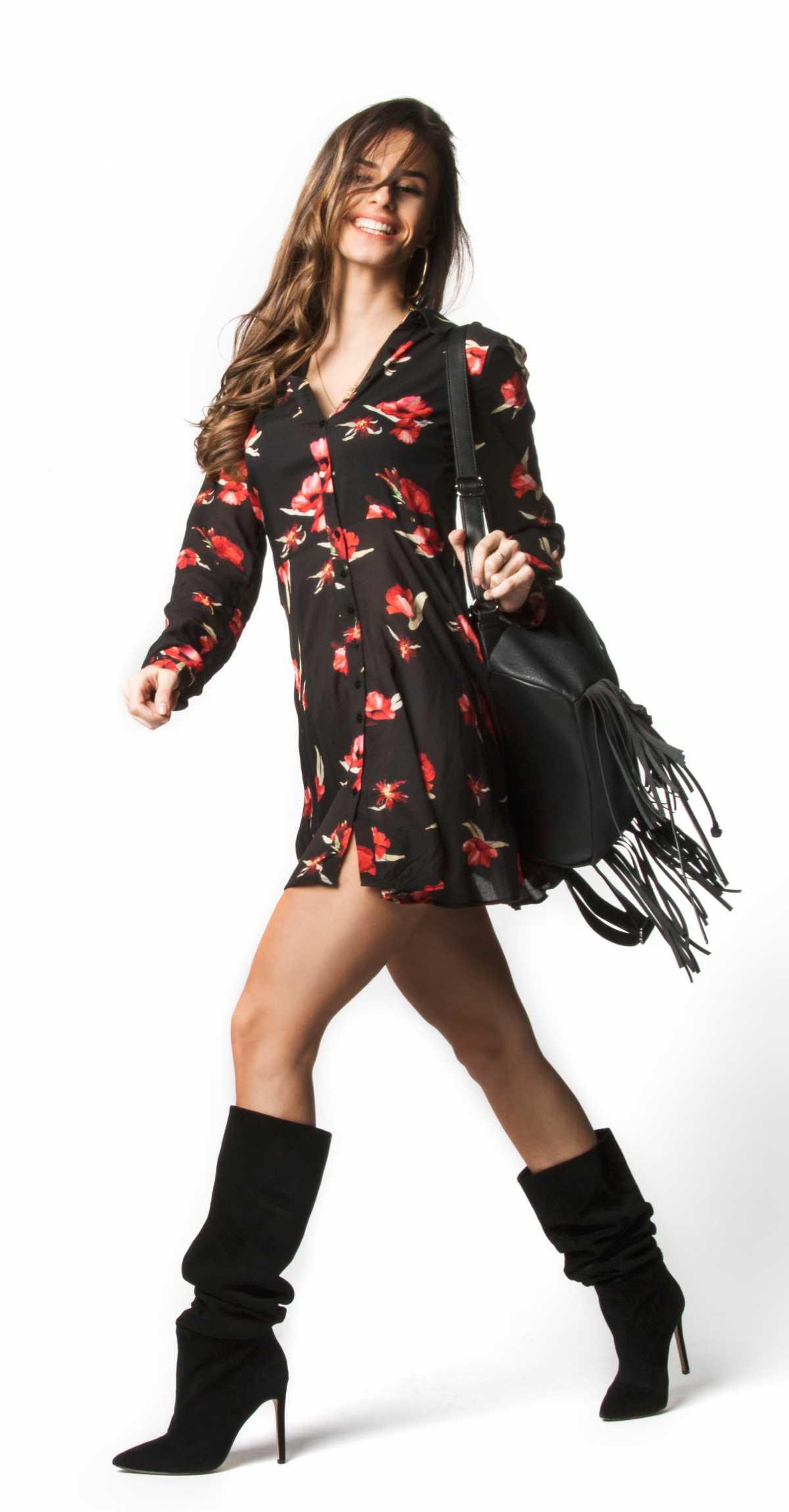 vestido floral preto com bolsa de franjas