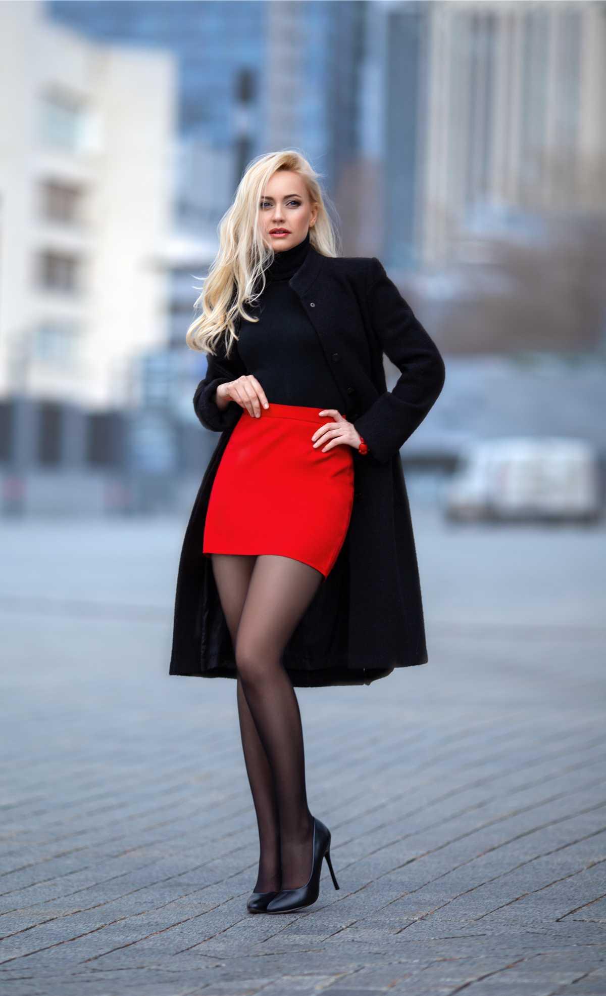saia vermelha com sobretudo preto