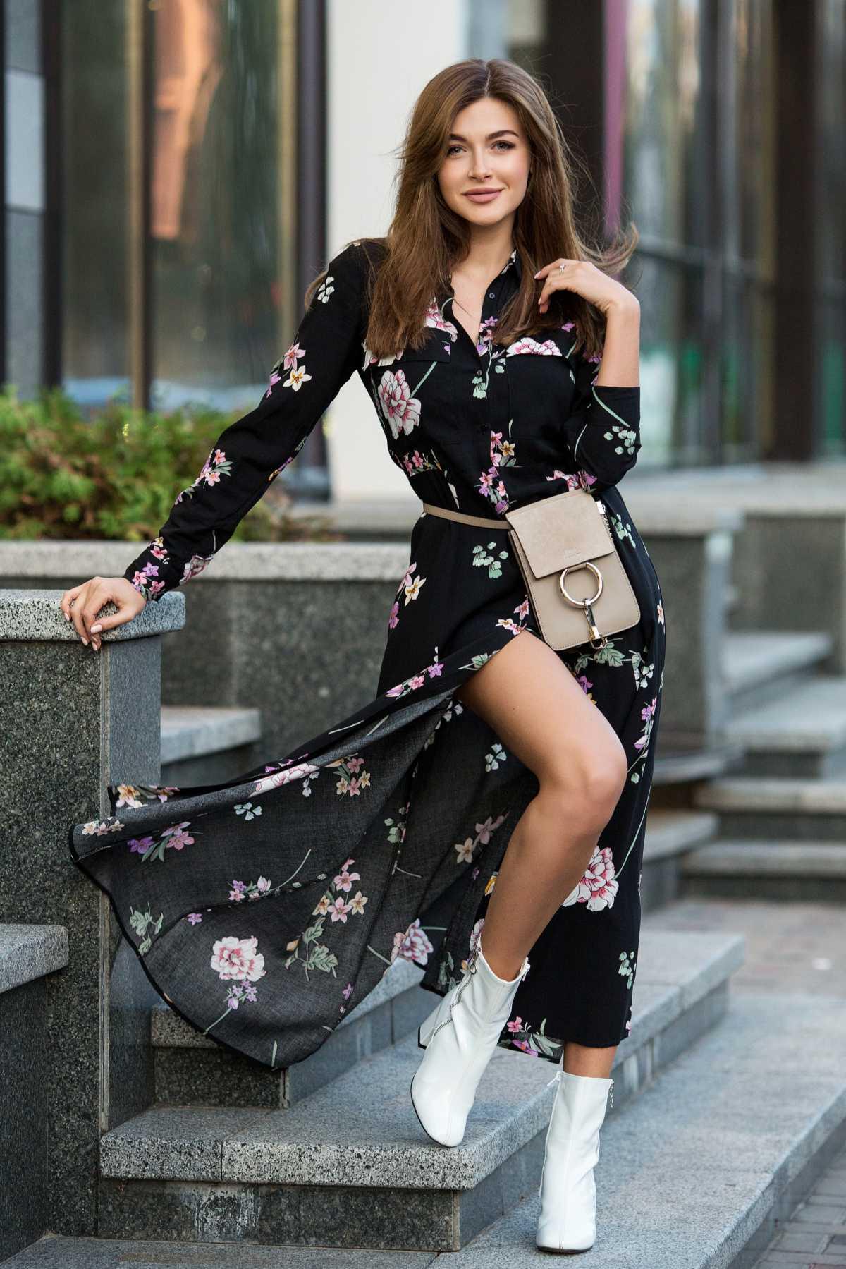 vestido preto com flores e bota branca