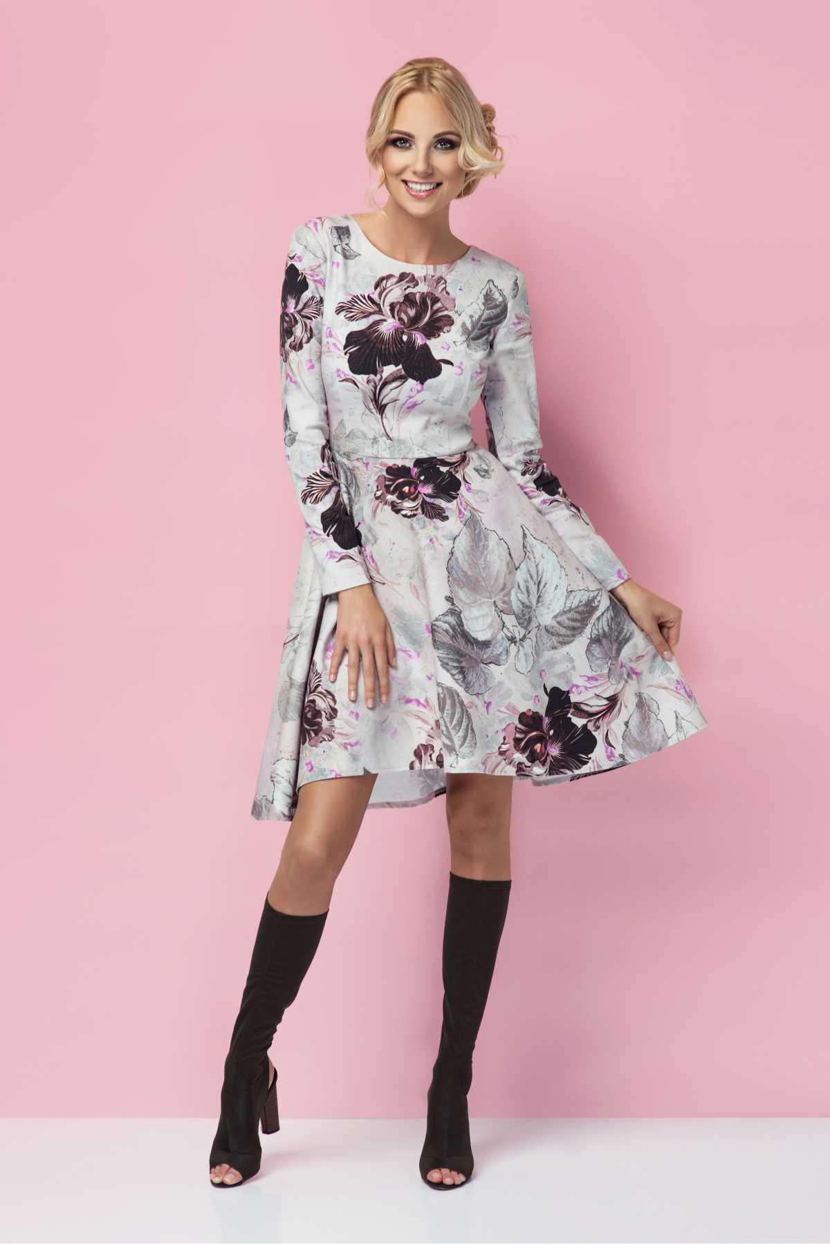 vestido floral evasê co botas