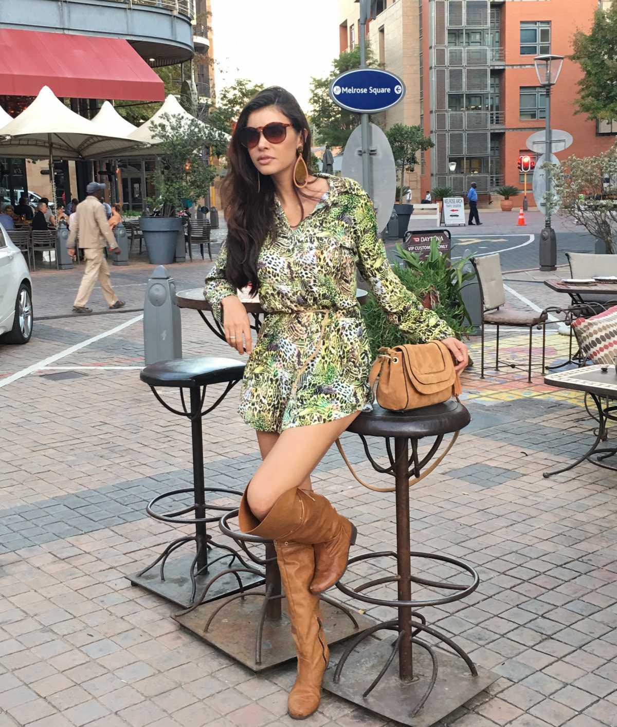 vestido verde com flores e bota cano longo