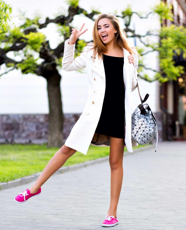 vestido curto com sobretudo branco