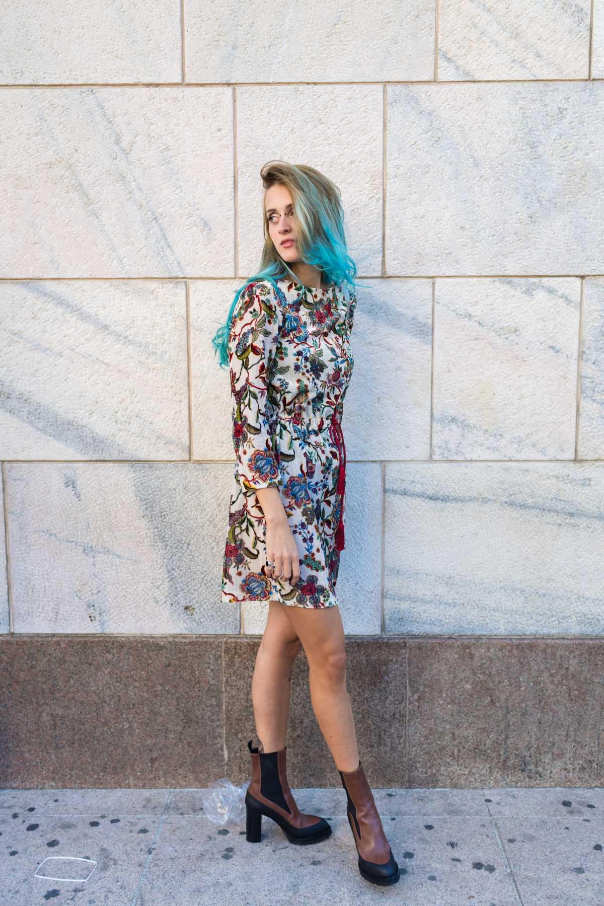 vestido com flores e bota