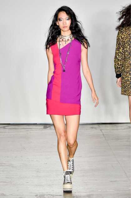 look cool para o verão usando vestido curto vermelho e lilás