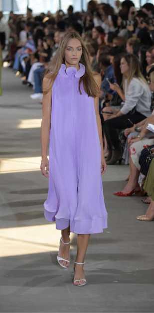 traje cool com vestido lilás neon