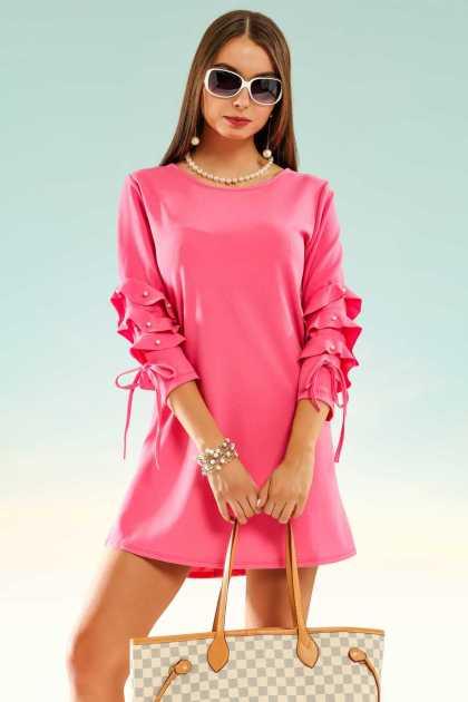 produção estilosa com vestido rosa choque