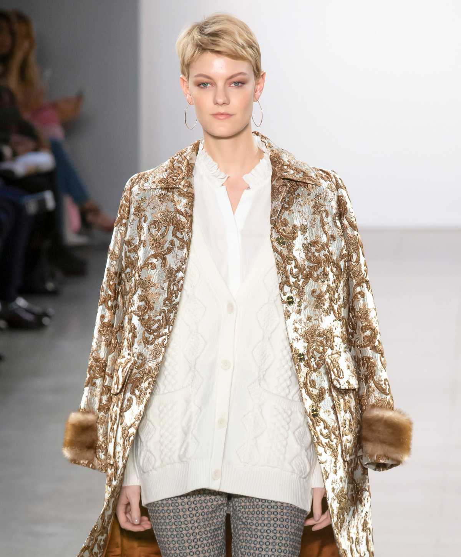 Casaco chique e moderno com detalhes de pele fake