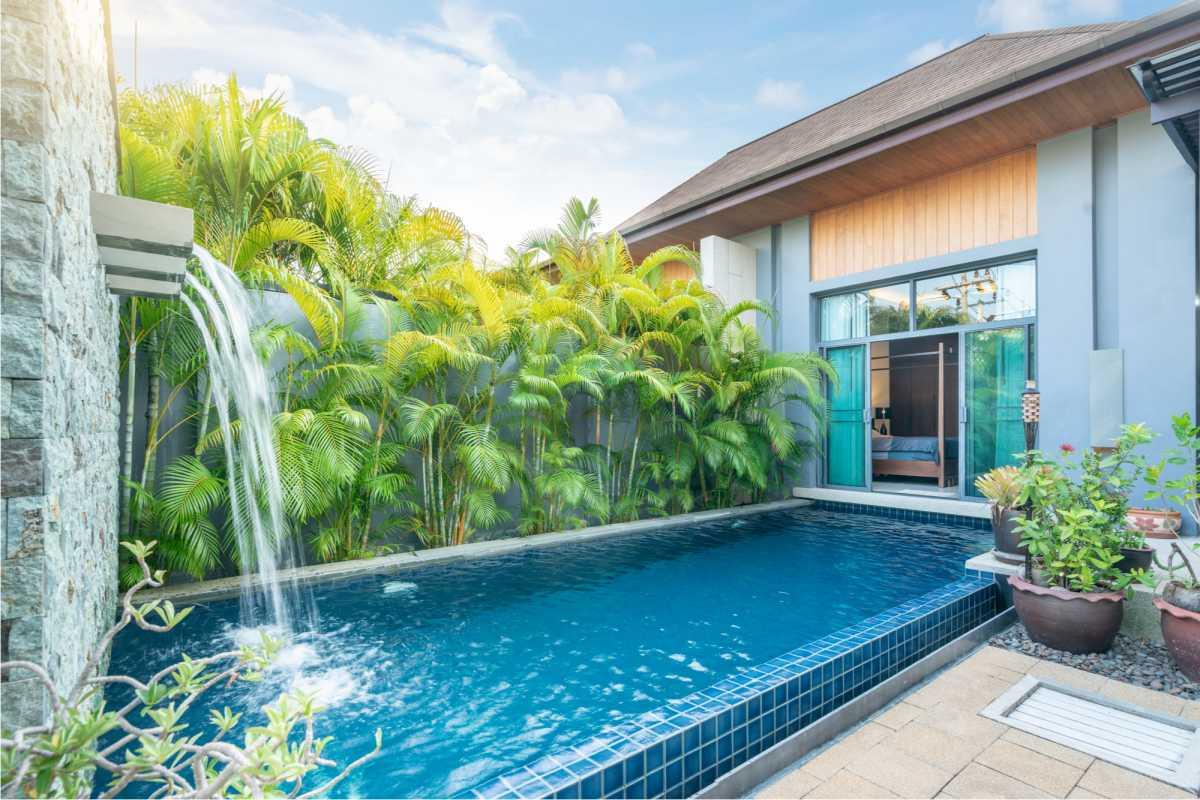 piscina pequena com cascata